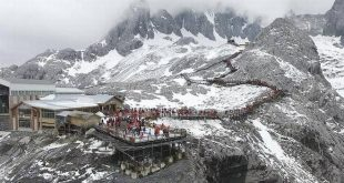 China's melting glacier draws tourists amid climate worries